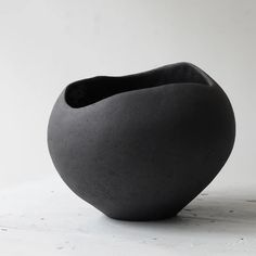 Yasha Butler Dark Lithic Vessel – Maud and Mabel Console Table Styling, Coffee Table Styling, Earthenware, Stoneware, Head Planters, Space Crafts, Japanese Artists, Diy Clay, Everyday Objects