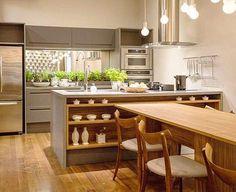 WEBSTA @ designdecor - Domingo combina com reunião em família e nada melhor do que uma cozinha linda! Os tons de madeira nos móveis e piso ficaram perfeitos com o cinza nas bancadas e marcenaria! Por Mary Oglouyan #cozinhadesigndecor #olioliteam
