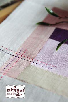 안녕하세요. 이웃님들~~ 잘 지내셨어요? 아시는 분은 아시겠지만 규방 홈페이지가 리뉴얼했습니다. 그러면... Hand Work Embroidery, Embroidery Stitches, Couture Sewing Techniques, Japanese Quilts, Textile Fiber Art, Quilted Table Runners, How To Purl Knit, Fabric Squares, Hand Quilting