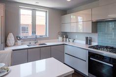 54 Ideas kitchen white appliances laundry rooms for 2019 Grey Interior Design, Interior Design Living Room, Apartment Kitchen, Living Room Kitchen, Grey Gloss Kitchen, Kitchen White, Corner Sink Kitchen, White Appliances, Studio Kitchen