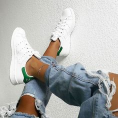 White sneakers stan smith adidas shoes ripped jeans casual look inspiration Adidas Shoes Women, Nike Women, Adidas Shoes White, Adidas Casual Shoes, Black Shoes, All White Shoes, Vans Women, Yellow Shoes, Sneakers Women