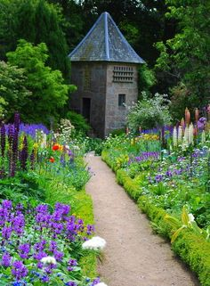 Garden and path at Crathes Castle, Scotland Garden Borders, Garden Paths, Garden Landscaping, Amazing Gardens, Beautiful Gardens, Landscape Design, Garden Design, Parks, Scotland Castles