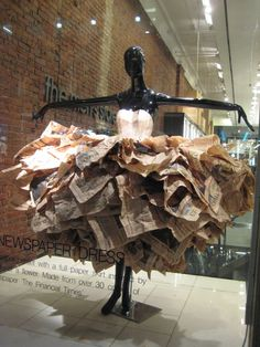 Íncreíble como con periódicos apilados consigue dar forma a un vestido. David Menéndez.Newspaper Dress We can sell you a mannequin like this (in white) but you will need to supply the newspapers!
