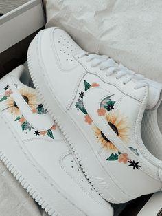 Cute Nike Shoes, Cute Nikes, Cute Sneakers, Nike Air Shoes, Nike Flower Shoes, Sneakers Nike, Adidas Shoes, Cute Shoes For Teens, Sneakers Workout