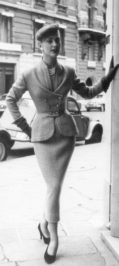 Vintage Dresses Geneviève in a Turkish blue tweed day suit by Pierre Balmain, photo by Willy Maywald, 1953 - Vintage Glamour, Vintage Beauty, Moda Vintage, Vintage Mode, Vintage Outfits, Vintage Dresses, Vintage Fashion, 1950s Fashion Women, 1950s Dresses
