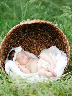 Check out this collection of newborn baby photos and get inspiration and ideas for your own newborn photography session!