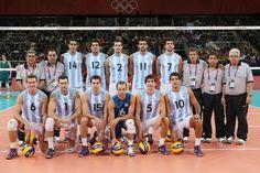 Este es el equipo de voleibol en Argentina. Ellos uniforme es un azul y blanco rayas de camisa y blanco pantalones cortos con numero negros.