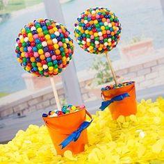 Fiesta infantil..???  Bellos centros de mesa Inténtalo son dulces sobre una bola de unicel o telgopor  y macetas de barro.!!!