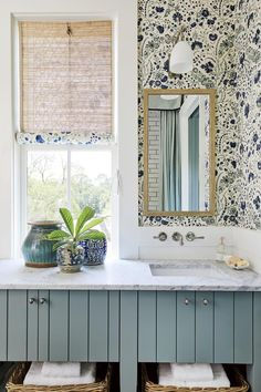 Heather Chadduck Interiors David Hillegas Birmingham Alabama 2019 Southern Living Idea House Beautiful Flower magazine blue and white traditional style Ikea, Best Kitchen Design, Southern Living Homes, Coastal Living, Coastal Homes, Ideias Diy, Bathroom Wallpaper, Wallpaper Powder Rooms, White Houses