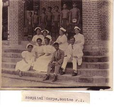 Bontoc Hospital, Philippines 1911 -Notice the mix of American and Filipino Nurses and Physician * CorreosFilipinas ~ Maria Llandelar ~ Filipino Fashion, Filipino Culture, Pinoy, Traditional Outfits, Old And New, Old Photos, Old School, Nurses, History