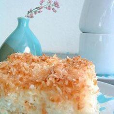 Kokos-Buttermilch-Tassenkuchen  Zutaten  Für   8  Personen 2 Tasse(n)   Zucker   3   Eier   2 Tasse(n)   Buttermilch   4 Tasse(n)   Mehl   1 1/2 Päckchen   Backpulver   2 Tasse(n)   Kokosraspeln   1 Tasse(n)   Zucker   2   Becher süße Sahne
