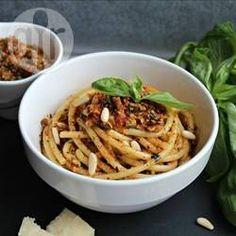 Rotes Pesto mit sonnengetrockneten Tomaten / Dieses rote Pesto schmeckt ausgezeichnet zu Pasta oder gegrilltem Hähnchen. Mit einer Prise Cayennepfeffer kann man es etwas pikanter machen. @ de.allrecipes.com