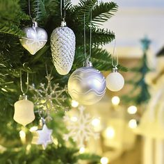 The very essence of romance is uncertainty. Christmas Colour Schemes, Christmas Colors, Christmas Tree Decorations, Christmas Holidays, Beautiful Christmas Trees, Home Look, Wind Chimes, Outdoor Decor, Romance