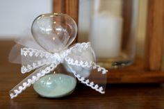 ΜΠΟΜΠΟΝΙΕΡΑ ΓΑΜΟΥ Γυάλινη κλεψύδρα, με δέσιμο από κορδέλα δαντέλα υψηλής ποιότητας και 5 κουφέτα Χατζηγιαννάκη. Pearl Necklace, Pearls, Jewelry, Fashion, String Of Pearls, Moda, Jewlery, Jewerly, Fashion Styles