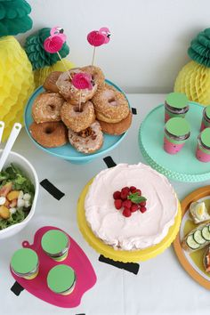 Summers are for celebrations and what is better than a colorful summer craft party with a bunch of close friends, delicious food, DIY projects and decor? Cupcake Gift, Easter Cupcakes, Ideas Para Fiestas, Easter Recipes, Summer Crafts, Craft Party, Food Coloring, Party Themes, Party Ideas