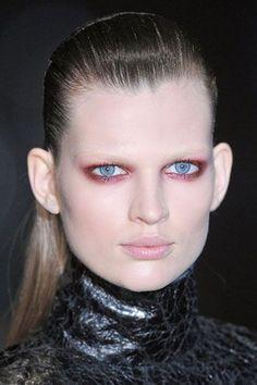 Make-up in zelfde kleuren als de achtergrond & styling. Haar iets natuurlijker.