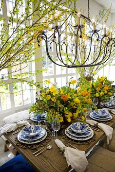 Beautiful table settings - The Prettiest Table Top Trends for this Season's Celebrations – Beautiful table settings French Country House, French Country Decorating, Tables Tableaux, Dining Room, Dining Table, Dining Set, Beautiful Table Settings, White Table Settings, Deco Table