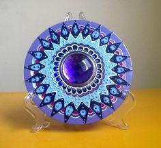 Mandala em Cd, com ganchinho para pendurar, ou suporte em acrílico para ficar em cima da mesa.    Avise como prefere, no ato do pedido!