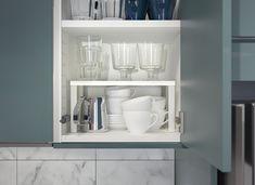 ¡Truco! Si necesitas espacio en el armario, puedes utilizar el estante adicional VARIERA. (2€) Ikea, Bathroom Medicine Cabinet, Cleaning, Organization, Interior Design, Storage, Kitchen, Home, Victoria