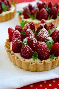 Strawberry Pie with Vanilla Pudding. Such a pretty little dessert for Christmas! Strawberry Pie, Strawberry Recipes, Raspberry Tarts, Sweet Pie, Sweet Tarts, Yummy Treats, Yummy Food, Tasty, Just Desserts