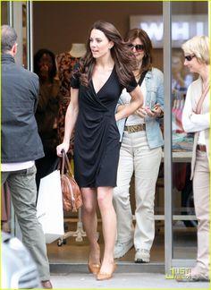 Kate Middleton V Neck Black Wrap Dress - EveAllure Looks Kate Middleton, Kate Middleton Pictures, Princesse Kate Middleton, Cheap Cocktail Dresses, Estilo Real, Faux Wrap Dress, Royal Fashion, Duchess Of Cambridge, Dress To Impress