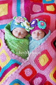 twins..if only i could make a blanket like that:) Love the hats!!