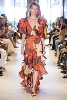 Johanna Ortiz Resort 2020 Collection – Vogue For other models, you can visit the category. Fashion Week, Fashion 2020, Runway Fashion, Sexy Dresses, Beautiful Dresses, Fashion Dresses, Moda Chic, Cultura Pop, Vogue Paris