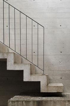 Concrete stairs and wall, black metal railings Concrete Staircase, Stair Handrail, Staircase Railings, Stairways, Open Staircase, Banisters, Deck Railings, Black Stair Railing, Indoor Railing