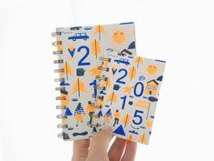 2015 macht alles neu!Für das Jahr 2015 gibt es den TSCHAU TSCHÜSSI-Kalender erstmals in zwei Größen - im kleinen Klassikerformat wie immer und doppelt so groß mit der Extraportion Platz.Edit: Die kleine Variante ist ausverkauft!Den Umschlag hat dieses Jahr die Illustratorin Anne Baier gestaltet, gedruckt wurde er erstmals im Offset im knalligen Neonorange (Pantone 804 C) und Blau (Pantone Reflex Blue), spezialbeschichtet, dass sich nix wellen und abschrabbeln kann....