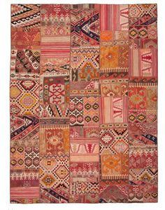 goodmemory: apartmentdiet: one of the gazillion rugs i love on loom. patchwork corals, pinks, oranges, umber, reds in a rug 'mood board' Motifs Textiles, Textile Patterns, Textile Art, Tapis Kilim Ikea, Persian Carpet, Persian Rug, Magic Carpet, Patchwork Rugs, Color Stories