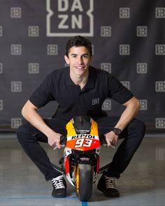 Afbeelding kan het volgende bevatten: 1 persoon Marc Marquez, Motogp, F1 Model Cars, Bike Rider, Handsome Boys, Champion, Bikers, Derby, Kpop