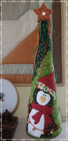 Que hermosos trabajos en patchwork Quilted Christmas Ornaments, Christmas Sewing, Christmas Love, Handmade Christmas, Christmas Stockings, Christmas Crafts, Christmas Decorations, Garland Hanger, Diy Projects Handmade