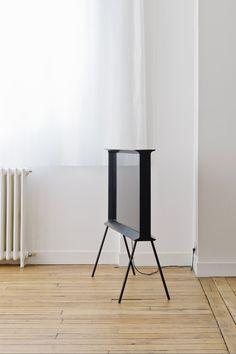 De profil, SERIF TV a clairement la forme d'un « I » majuscule, sa silhouette fine s'évasant vers le haut pour former une surface plane comme une petite étagère. #SerifTV #Design #Bouroullec #Home #TV #Deco #Designer #Home #FrenchDesigner #Samsung