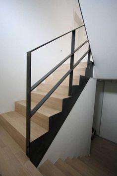 Treppengeländer aus klar lackiertem Flachstahl 60 x 12 mm