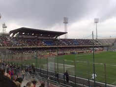El estadio Sant Elia de Cagliari, propiedad de la ciudad y abierto desde 1970 y actualmente limitado a 16.000 personas. En el juega el club mas importante de la isla, el Cagliari Calcio
