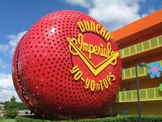 Duncan's largest yo-yo, at Disney's Pop Century Resort