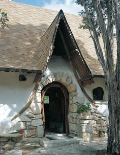A Hobbit House With a historical base, Gary Zuker built his hobbit house with a clay and straw mix. By Robyn Griggs Lawrence March/April 2000 Cob Building, Building A House, Green Building, Style At Home, Casa Dos Hobbits, Future House, My House, House Front, Storybook Homes