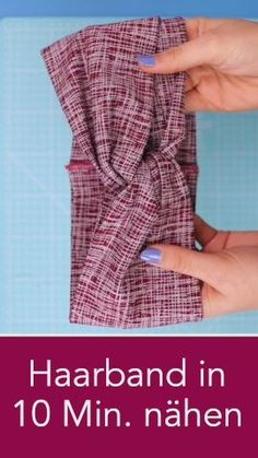 Haarband in 10 Minuten nähen aus Stoffresten Sewing jersey ropes in only 10 minutes – the perfect DIY gift idea from fabric scraps that's really fast is this headband that is simply sewn from jersey. Sewing instructions of DIY owl. Sewing Hacks, Sewing Tutorials, Sewing Crafts, Sewing Patterns, Sewing Tips, Hair Tutorials, Jersey Rest, Sewing Headbands, Vintage Headbands