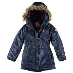 Warme Kidzface winterjas met vaste capuchon voor meisjes in de kleur blauw. Deze leuke jas, uit de winter collectie, is gemaakt van 100% polyester en houd jouw kind heerlijk warm. De winterjas is verkrijgbaar in de maten 110-116 t/m 146-152 en sluit met een ritssluiting. Op de voorkant twee paspelzakken en de uiteinden hebben winddichte boorden. De binnenkant is gevoerd met fleece en de jas heeft een polyester vulling.
