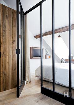 【区切って繋げる】リビング・ダイニングに隣接するガラス張りのベッドルーム | 住宅デザイン