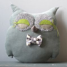 € 90.00    cushion-shaped cuddly owl corduroy, application of tissues and hand-embroidered felt.   height: 30cm   width: 28cm
