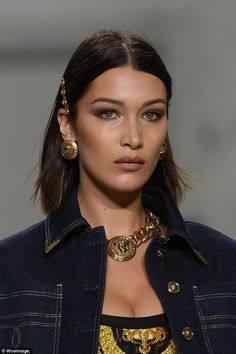 Gigi Hadid, Bella and chic Kaia Gerber at Versace MFW show Ready for her close-up: Bella framed her striking green eyes with iridescent metallic shimmer and plumped her pout with a slick of taupe lipstick Bella Gigi Hadid, Bella Hadid Style, Kaia Gerber, Kendall Jenner, Celebs, Celebrities, Hair Inspiration, Woman Crush, Short Hair Styles