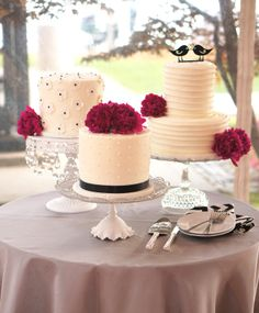I'm in love with these quirky wedding cakes! Every single one of them should have a different dough.
