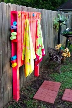 Pallet Projects - Clever, Crafty and Easy DIY Pallet Ideas - Clever DIY Ideas Pallet Projects - Easy DIY outdoor pallet furniture and pallet projects to make or sell - VERY clever pallet projects! Pallet fence outdoor organizer for pool toys and towels Outdoor Pallet Projects, Pallet Crafts, Pallet Ideas For Outside, Backyard Projects, Pallet Diy Easy, House Projects, Diy Simple, Simple Desk, Pallet Fence