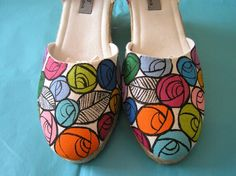 Zapatillas pintadas a mano Painted Toms, Painted Canvas Shoes, Painted Sneakers, Hand Painted Shoes, Blake Lively, Sharpie Shoes, Witch Shoes, Christmas Shoes, Decorated Shoes