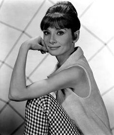 Audrey Hepburn de calça em xadrez vichy