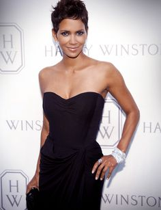 Halle Berry -love her perfume and acting.get it boo Estilo Halle Berry, Halle Berry Style, Halle Berry Hot, Halle Berry Pixie, Most Beautiful Women, Beautiful People, Simply Beautiful, Short Hair Cuts, Short Hair Styles