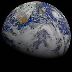 Nosotros sabemos que la tierra no pertenece al hombre, que es el hombre el que pertenece a la Tierra. Lo sabemos muy bien, Todo está unido entre sí, como la sangre que une a una misma familia. El hombre no creó la trama de la vida, es solo una fibra de la misma. Lo que haga con ese ese tejido, se lo hace a sí mismo –Jefe Seattle, 1854.  Foto: Nasa (9 de abril de 2015) #DíadelaTierra #EarthDay