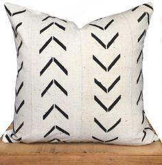 18 pouce carré blanc boue africain tissu coussins/couverture     Cet oreiller est fait main à main authentique teinté en tissu africain de boue. Le