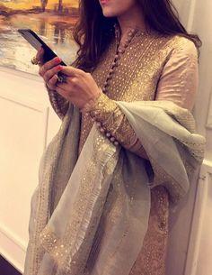 i know kun nhi jra Pakistani Couture, Pakistani Dress Design, Pakistani Bridal, Pakistani Outfits, Indian Outfits, Indian Clothes, Kurta Designs, Blouse Designs, Dress Designs